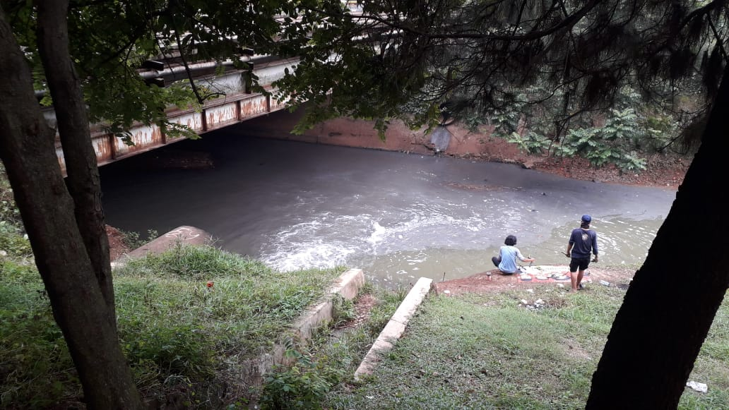 https: img.okezone.com content 2020 07 30 338 2254292 sungai-jaletreng-tangsel-tercemar-limbah-kimia-warna-air-hitam-pekat-cvXy4dR4t9.jpg