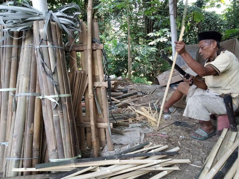 https: img.okezone.com content 2020 07 30 338 2254535 cerita-kakek-nalim-saban-hari-membelah-bambu-di-sudut-kota-oh3XeD2qb9.jpg