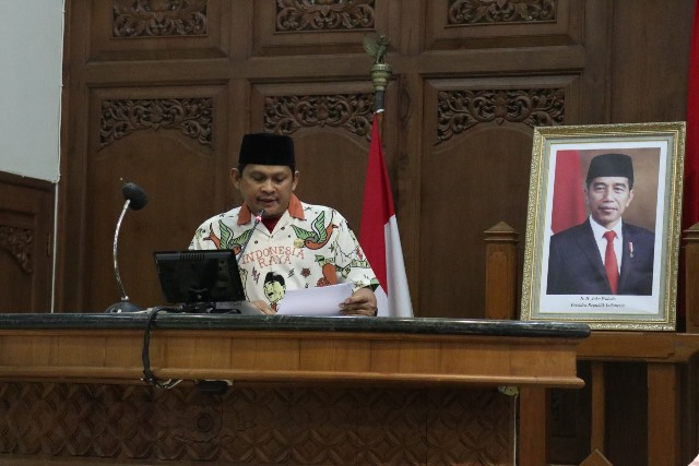 https: img.okezone.com content 2020 07 30 512 2254631 kenakan-pakaian-indonesia-raya-khas-gibran-kader-pks-dicopot-kvHOySdsd0.jpg