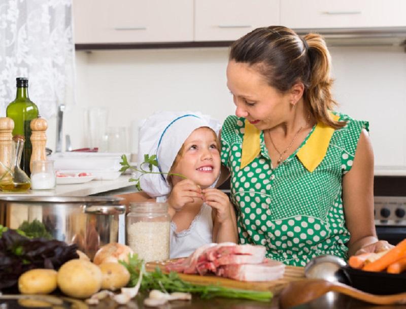 https: img.okezone.com content 2020 07 31 12 2255195 makanan-sehat-untuk-keluarga-cukup-dalam-15-menit-ibu-bijak-harus-tau-tips-ini-pDsHpm06kn.jpg