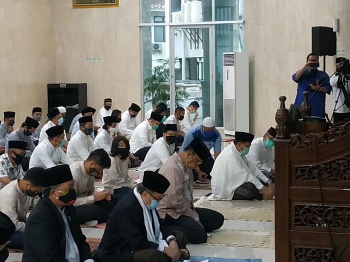 https: img.okezone.com content 2020 07 31 338 2254904 gubernur-anies-wagub-ariza-sholat-idul-adha-di-masjid-balai-kota-OwSkdY2PvL.jpg