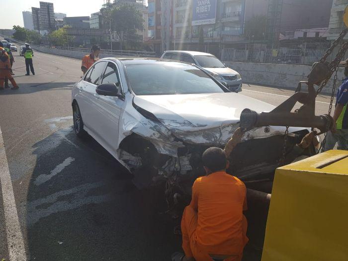 https: img.okezone.com content 2020 07 31 338 2254937 mobil-mewah-berkelir-putih-alami-kecelakaan-di-tol-grogol-Xyemo94GOl.jpg