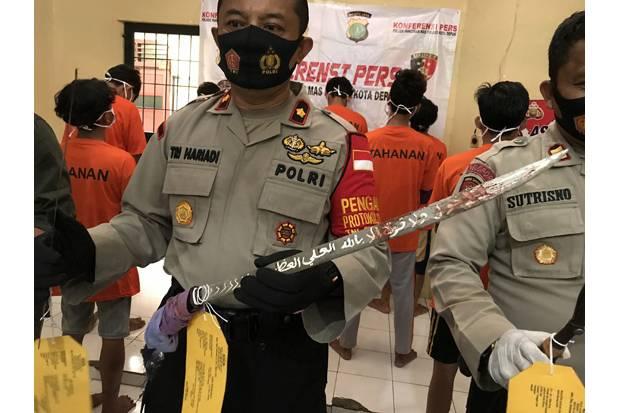 https: img.okezone.com content 2020 07 31 338 2255048 tangkap-abg-tawuran-di-depok-polisi-sita-pedang-berjimat-QBUE70RAGh.jpg