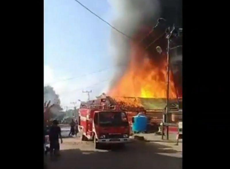 https: img.okezone.com content 2020 07 31 340 2255207 4-rumah-dan-musala-terbakar-saat-idul-adha-1-orang-tewas-tersengat-listrik-LNTb00e51s.jpg