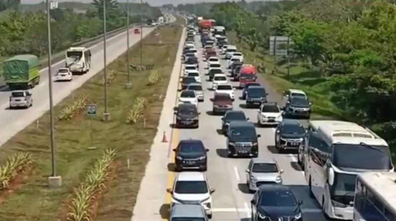https: img.okezone.com content 2020 07 31 525 2255034 idul-adha-2020-antrean-kendaraan-mengular-hingga-2-km-di-tol-palimanan-SCJaJe27m2.jpg
