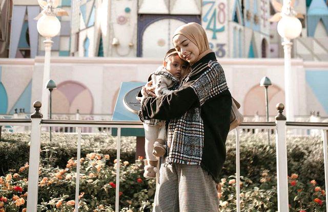 https: img.okezone.com content 2020 07 31 617 2255095 kompaknya-ootd-hijabers-erlinda-yuliana-dan-baby-senja-U1mSGgcvY5.jpg