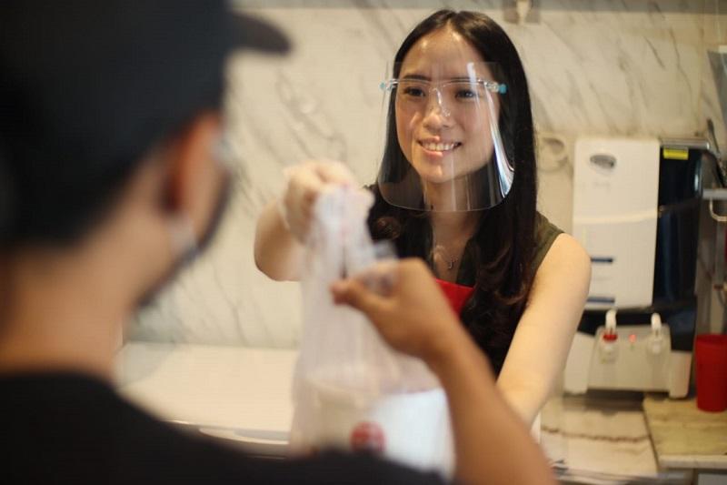 https: img.okezone.com content 2020 08 01 298 2255447 wisata-kuliner-kenalan-dengan-gadis-cantik-penjual-nasi-telur-senopati-bVP2LPep3Q.jpg