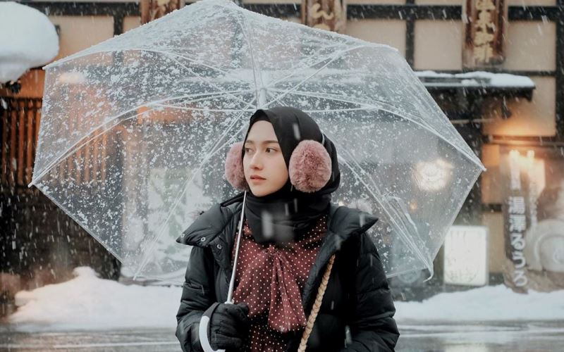https: img.okezone.com content 2020 08 01 617 2255224 padu-padan-modis-untuk-travelling-ala-selebgram-hijab-nisa-cookie-a5nhBs56z3.jpg