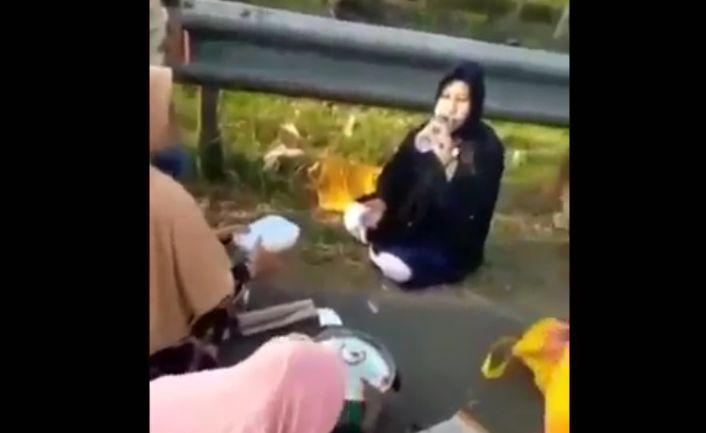Viral Pemudik Makan Bersama di Bahu Jalan Tol Cipali : Okezone ...