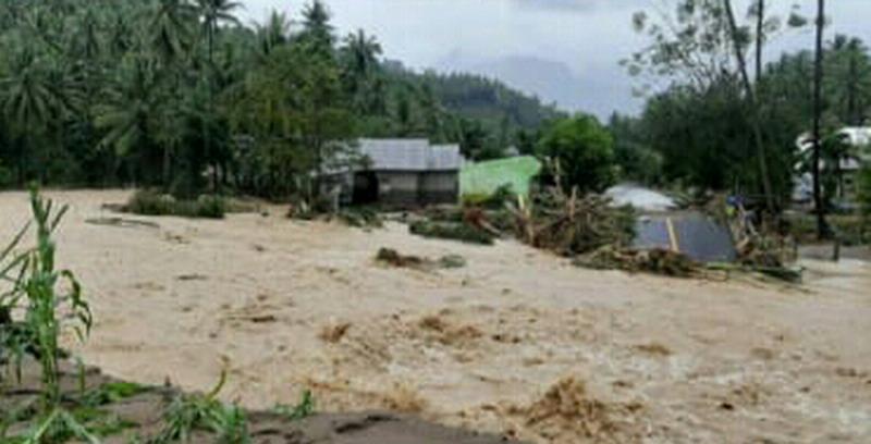 https: img.okezone.com content 2020 08 02 340 2255647 banjir-kembali-landa-bolsel-puluhan-rumah-hanyut-1-jembatan-putus-92ts6EnPR5.jpg