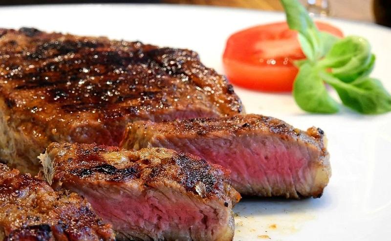 https: img.okezone.com content 2020 08 03 298 2256229 takut-kolestrol-naik-akibat-kebanyakan-makan-daging-coba-atasi-dengan-4-makanan-ini-RvLxlqMTF7.jpg
