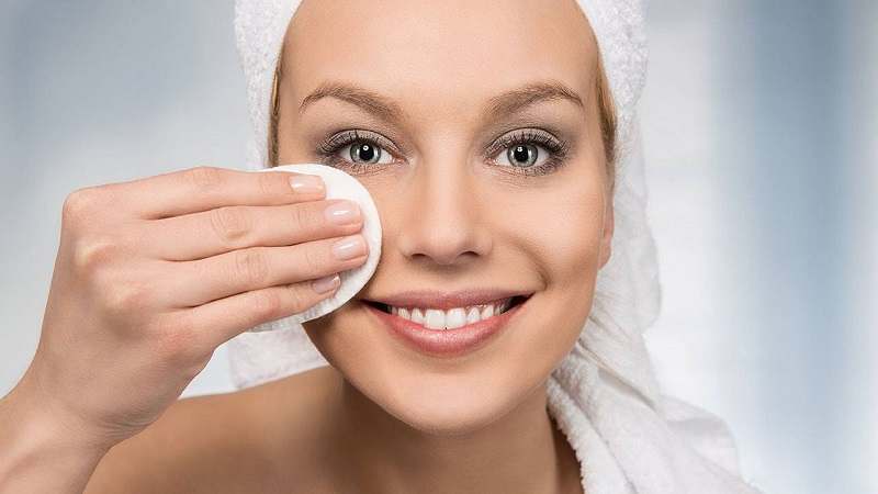 https: img.okezone.com content 2020 08 03 611 2256000 beautypedia-apa-fungsi-makeup-remover-Tewc7UVI3I.jpg