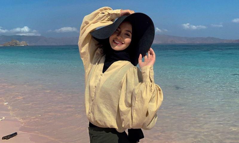 https: img.okezone.com content 2020 08 03 617 2256107 inspirasi-gaya-hijab-pakai-topi-ala-fita-wulansari-cocok-buat-travelling-NArrlcjMlJ.jpg