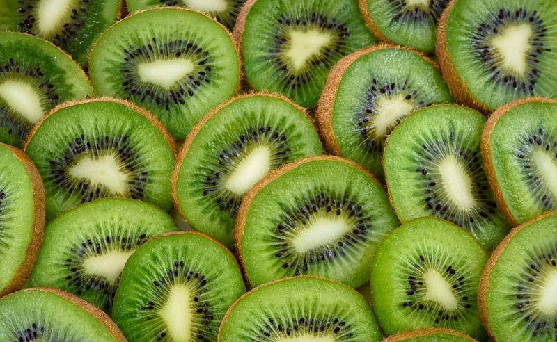 https: img.okezone.com content 2020 08 04 298 2256957 4-manfaat-buah-kiwi-untuk-kesehatan-tubuh-bPOfo4SPkX.jpg