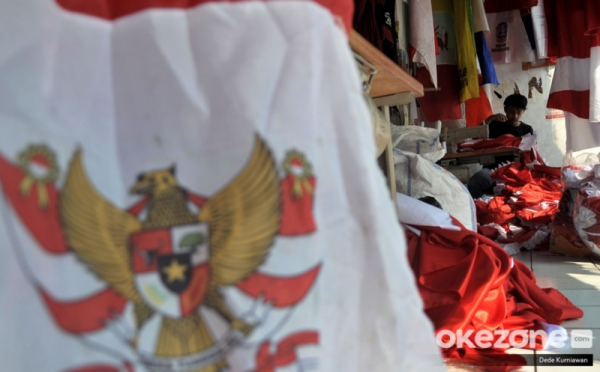 https: img.okezone.com content 2020 08 04 320 2256772 kisah-sedih-penjual-bendera-jelang-hut-ke-75-indonesia-8KnvzSyyXo.jpg