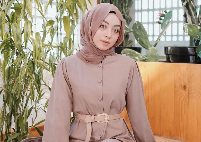https: img.okezone.com content 2020 08 04 617 2256542 tampilan-denim-on-denim-ala-selebgram-hijab-meirani-amalia-uB2kcUwteK.JPG
