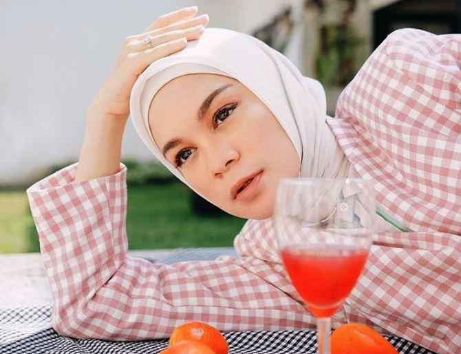 https: img.okezone.com content 2020 08 04 617 2257006 mix-and-match-pattern-on-pattern-ala-hijaber-tantri-namirah-bABYBjL5u8.JPG
