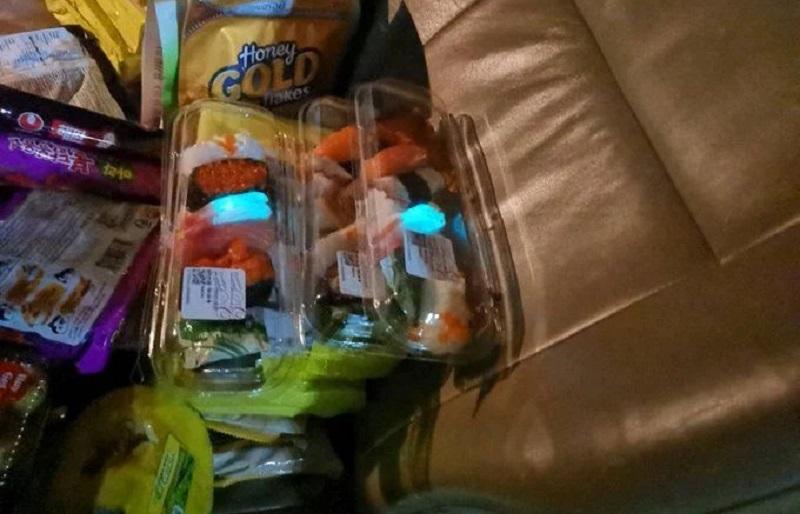 https: img.okezone.com content 2020 08 05 298 2257471 keluarga-ini-terkejut-beli-sushi-udangnya-menyala-dalam-gelap-O2IFc0GCOq.jpg