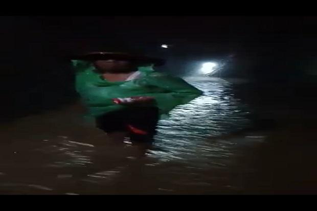 https: img.okezone.com content 2020 08 05 340 2257054 banjir-dan-longsor-putus-akses-jalan-lintas-barat-tanggamus-Fg48I8DEcd.jpg