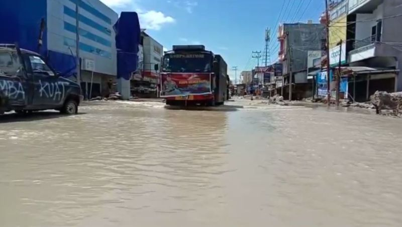 https: img.okezone.com content 2020 08 05 609 2257475 banjir-kembali-terjang-luwu-utara-jalan-trans-sulawesi-terendam-80-cm-EoNGrrhKPx.jpg
