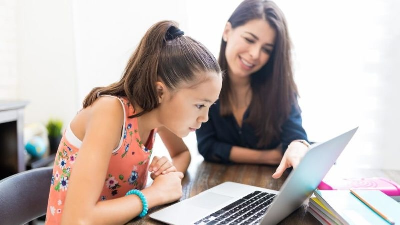https: img.okezone.com content 2020 08 06 196 2257919 teknologi-kendala-orangtua-bimbing-anak-belajar-online-begini-solusinya-XrzqPzNLjM.jpg