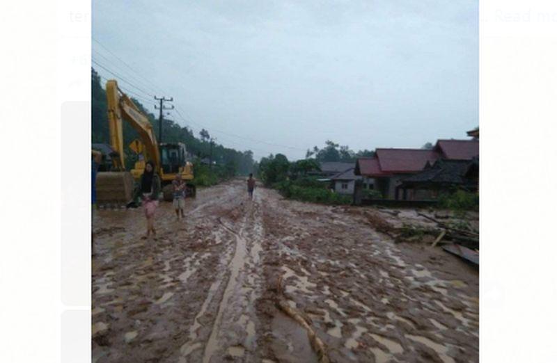 https: img.okezone.com content 2020 08 06 340 2258177 pascabanjir-tanggamus-8-eskavator-dikerahkan-bersihkan-lumpur-wplcYIiS9u.jpg