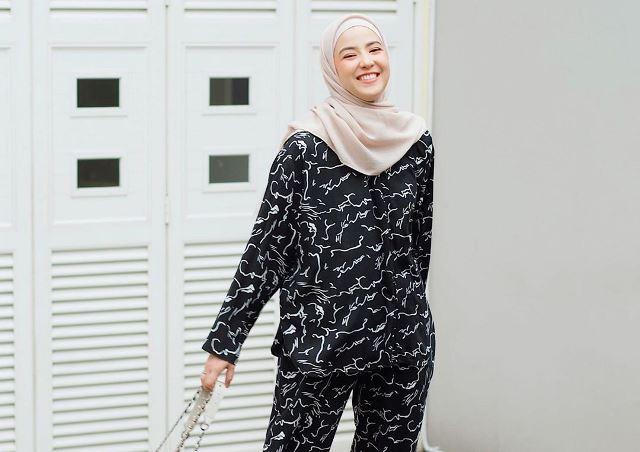 https: img.okezone.com content 2020 08 06 617 2257764 deretan-homie-set-nyaman-ala-hijaber-natasha-rizky-nyWanUApWo.jpg