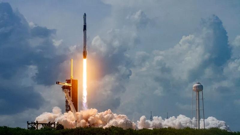 https: img.okezone.com content 2020 08 07 16 2258628 roket-falcon-9-meluncur-bawa-57-satelit-internet-starlink-PNjft69bnL.jpg
