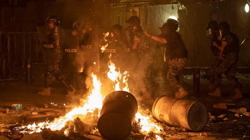 https: img.okezone.com content 2020 08 07 18 2258351 demonstrasi-anti-pemerintah-pecah-di-lebanon-pasca-ledakan-beirut-1F6M9bABIu.jpg