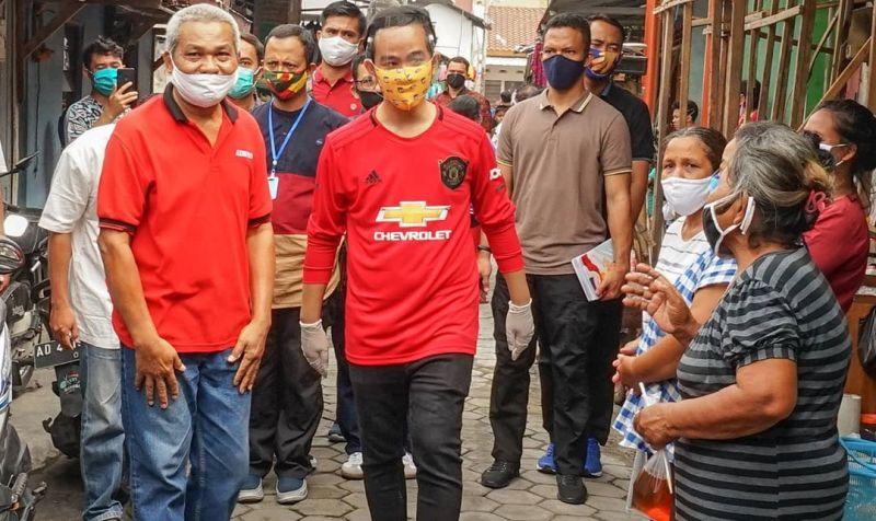 https: img.okezone.com content 2020 08 07 194 2258376 3-gaya-cool-gibran-rakabuming-saat-kampanye-pilkada-solo-di-tengah-pandemi-covid-19-fEBoAsCKtI.jpg