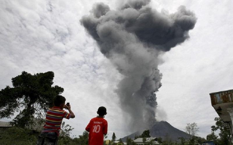 https: img.okezone.com content 2020 08 08 481 2259041 gunung-sinabung-erupsi-ini-cara-aman-lindungi-paru-paru-kamu-vzmmrRMoeu.jpg