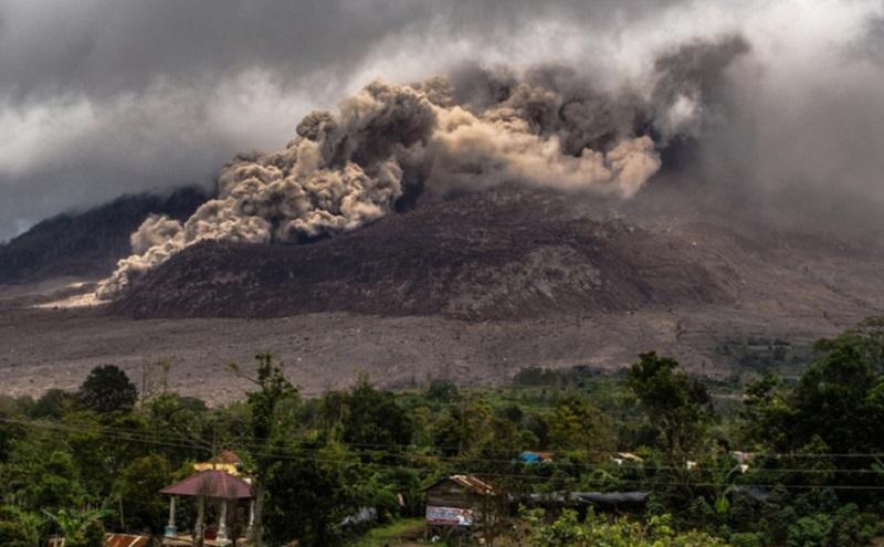https: img.okezone.com content 2020 08 08 620 2259022 gunung-sinabung-erupsi-lagi-ini-bahaya-abu-vulkanik-bagi-kesehatan-bMmqm9Bs1Q.jpg