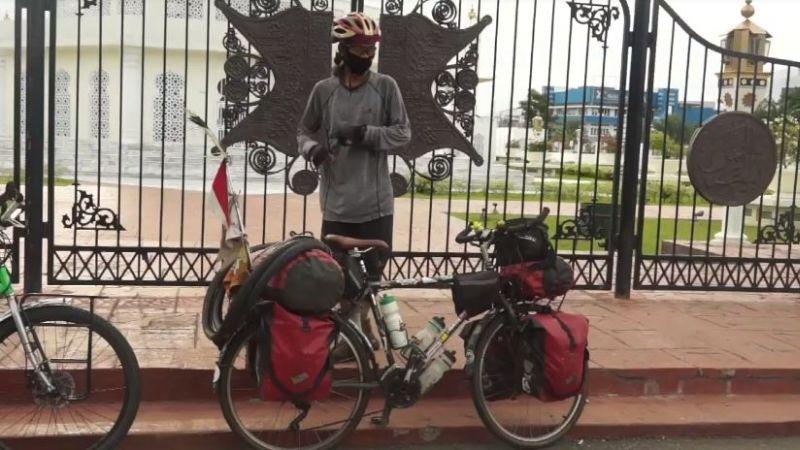 https: img.okezone.com content 2020 08 09 337 2259347 bersepeda-18-000-km-dalam-2-5-tahun-pria-jakarta-ini-telah-lewati-30-provinsi-INdxHJ1dnm.jpg