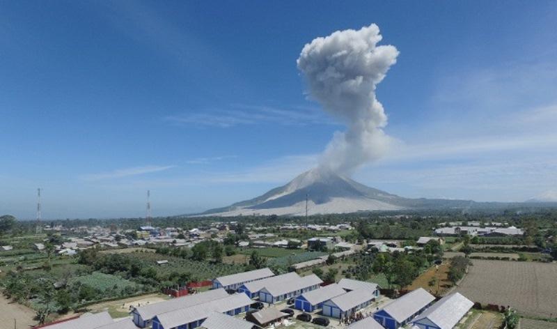 https: img.okezone.com content 2020 08 09 608 2259229 paska-erupsi-gunung-sinabung-pemkab-karo-mulai-bersihkan-rumah-dan-kebun-warga-9G1K45JCTA.jpg