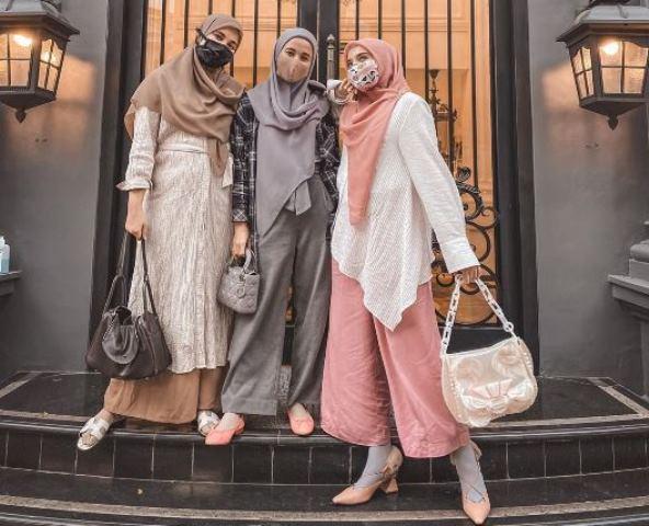 https: img.okezone.com content 2020 08 09 617 2259477 6-tampilan-kompak-hijab-laudya-cynthia-bella-dan-sungkars-family-VqjxCA3O3K.jpg