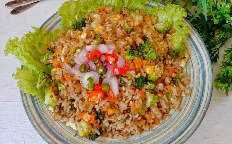 https: img.okezone.com content 2020 08 10 298 2260080 sarapan-masak-nasi-goreng-terasi-bikin-suami-makin-uwu-XDL0rJHnWk.jpg