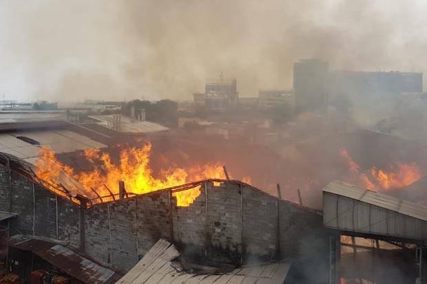 https: img.okezone.com content 2020 08 10 338 2259629 pabrik-mebel-di-cakung-terbakar-sejak-kemarin-petugas-masih-berupaya-padamkan-api-9FN216MdOH.jpg