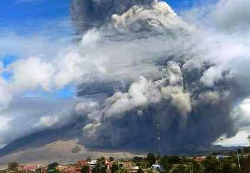 https: img.okezone.com content 2020 08 10 340 2259754 gunung-sinabung-erupsi-masyarakat-diminta-waspada-hujan-abu-dan-lelehan-lahar-LvU4bLBhGY.jpg