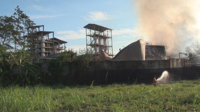 https: img.okezone.com content 2020 08 10 519 2259998 lokasi-yang-terbakar-di-pabrik-bioetanol-area-produksi-DGj7Z2usxg.jpg