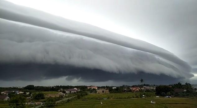 https: img.okezone.com content 2020 08 10 614 2259930 heboh-awan-tsunami-di-langit-aceh-ini-penjelasan-awan-dalam-alquran-Ia40SIfyBW.jpg