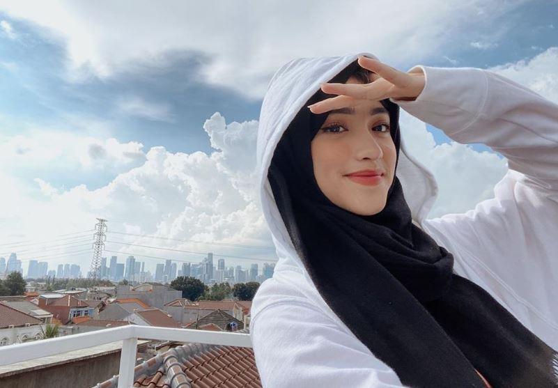 https: img.okezone.com content 2020 08 10 617 2259845 bingung-mix-and-match-hijab-hitam-yuk-intip-gaya-shirin-al-athrus-r7y2rz5KpI.JPG