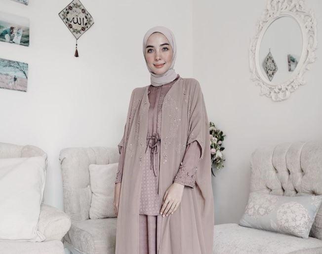 https: img.okezone.com content 2020 08 10 617 2259902 inspirasi-gaya-hijab-masa-kini-ala-hijaber-hamidah-rachmayanti-v0b6geSxh8.JPG