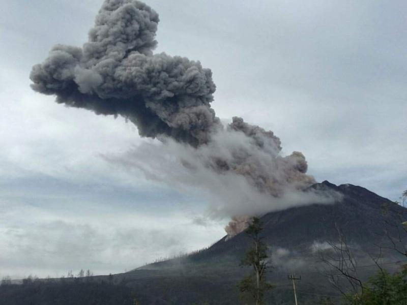 https: img.okezone.com content 2020 08 10 618 2259938 gunung-sinabung-erupsi-lagi-amalkan-doa-ini-agar-terhindar-dari-musibah-Ubl9kJJv6Y.jpg