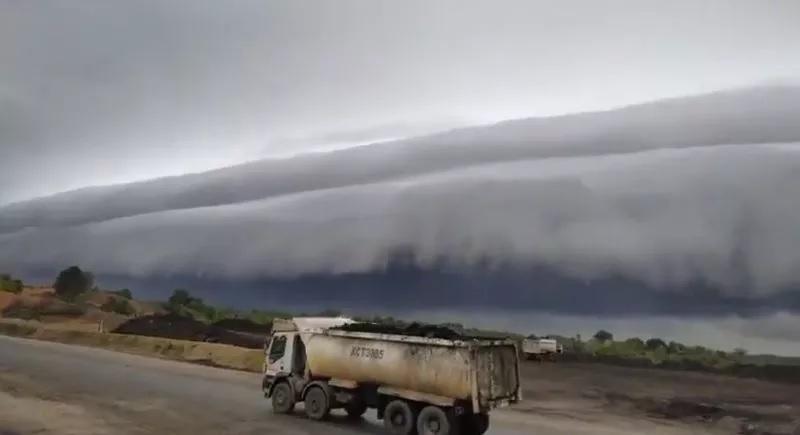 https: img.okezone.com content 2020 08 11 16 2260377 mirip-tsunami-kenali-awan-arcus-yang-muncul-di-meulaboh-aceh-ieX7mXAsJT.jpg