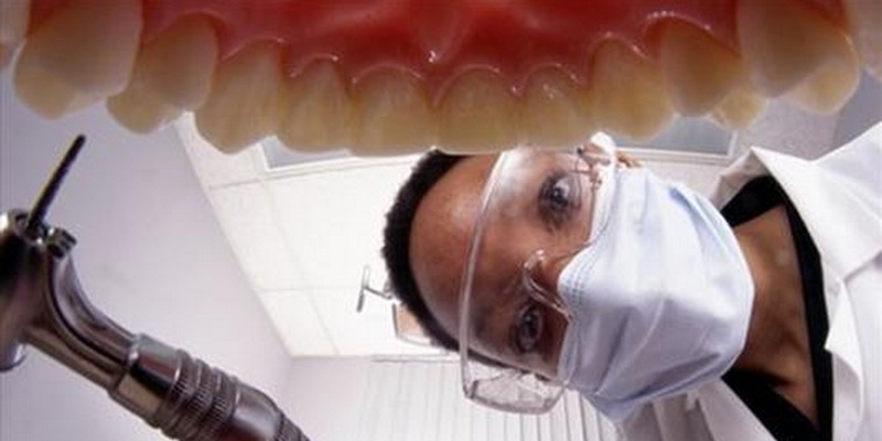 https: img.okezone.com content 2020 08 11 338 2260565 cabut-gigi-geraham-tanpa-prosedur-dokter-gadungan-ditangkap-polisi-eSoe4DKKfE.jpg