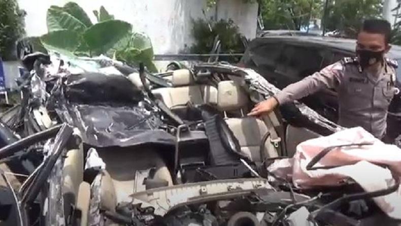 https: img.okezone.com content 2020 08 11 608 2260638 mobil-sedan-masuk-kolong-truk-pengemudi-tewas-YRymYcwgHS.jpg