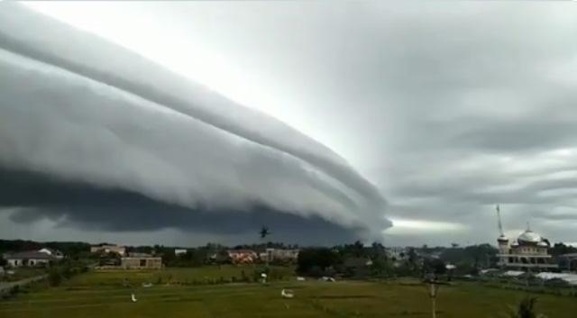 https: img.okezone.com content 2020 08 11 614 2260234 ini-ayat-alquran-terkait-awan-seperti-fenomena-awan-tsunami-di-meulaboh-aceh-ojccVnijEz.jpg