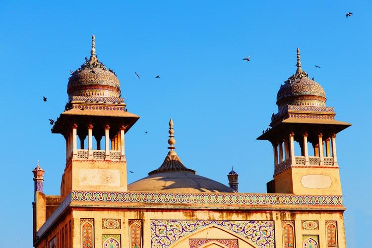 https: img.okezone.com content 2020 08 11 614 2260438 syuting-di-masjid-bersejarah-artis-pakistan-dikecam-warganet-XKn1UTTzpY.jpg