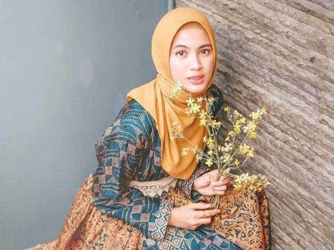 https: img.okezone.com content 2020 08 11 617 2260291 intip-gaya-hijab-alyssa-soebandono-saat-olahraga-bareng-keluarga-LPs3tfF0Se.JPG