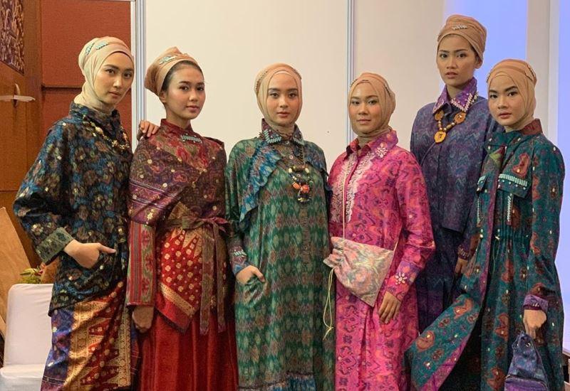 https: img.okezone.com content 2020 08 11 617 2260576 corona-bikin-penjualan-fasyen-muslim-via-offline-merana-feEK6JFMnq.jpg